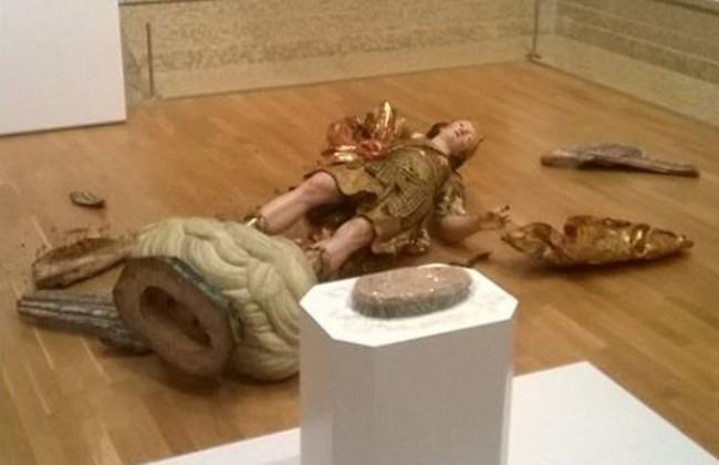 Brasileiro tenta fazer selfie e derruba estátua do século 18 em museu de Lisboa
