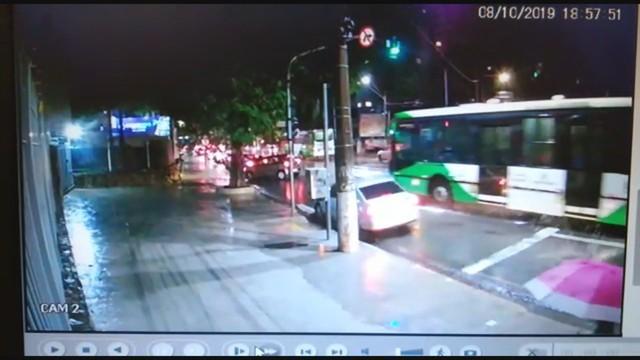 Ônibus da linha 396 bate em carro na R. D. Libânia, que atinge outros três em Campinas