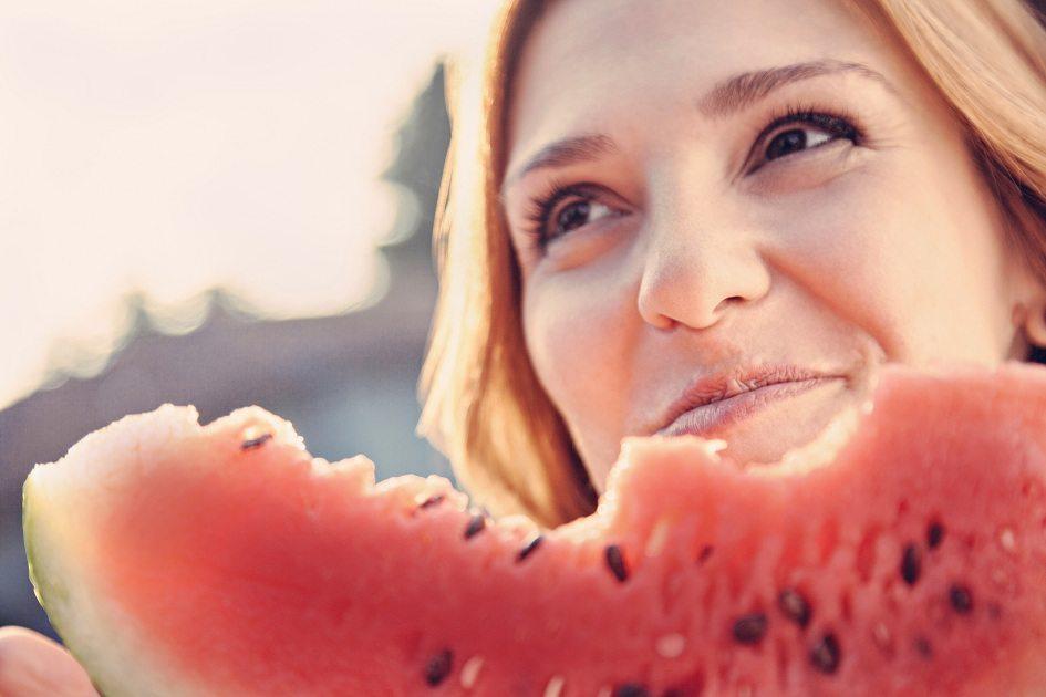 Veja como diminuir o inchaço do corpo com as frutas corretas e com um suco diurético