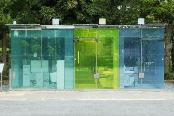 Japão ganha banheiros públicos transparentes; Veja vídeo de como funcionam