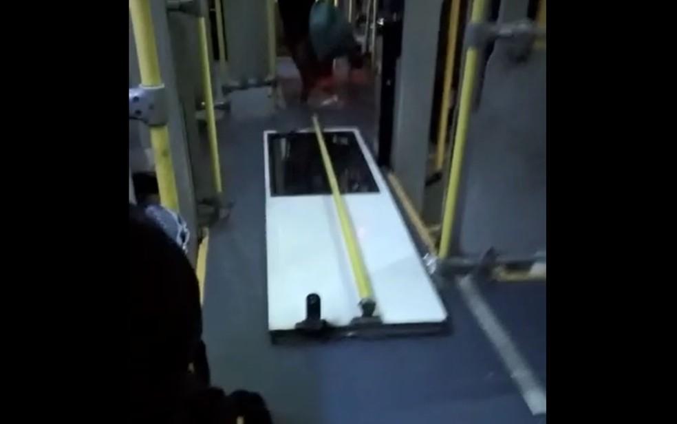 Porta de ônibus cai durante itinerário em Campinas; Motorista seguiu viagem