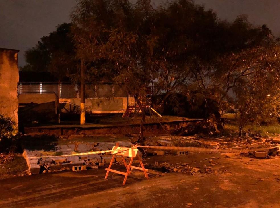 Defesa Civil interdita muro de escola que caiu após chuva