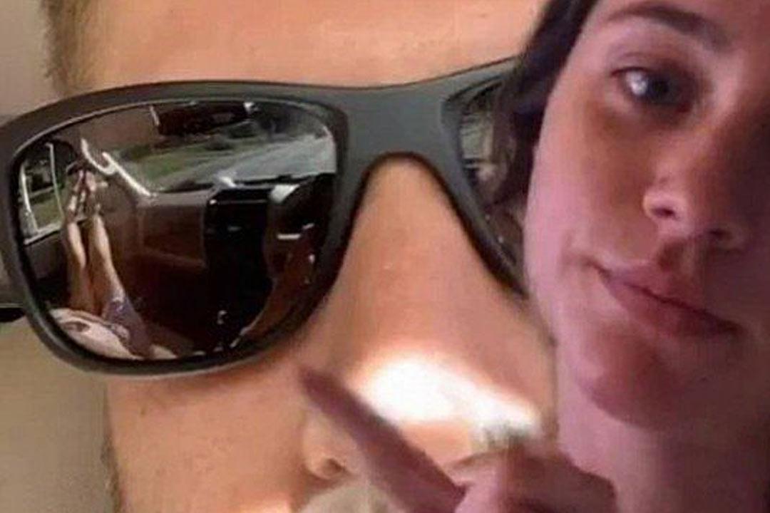 Mulher descobre traição do namorado através do reflexo dos óculos dele