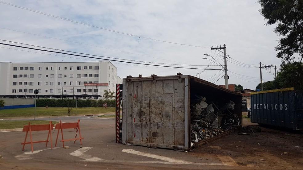Caminhão com material reciclável tomba na Vila Renascença em Campinas
