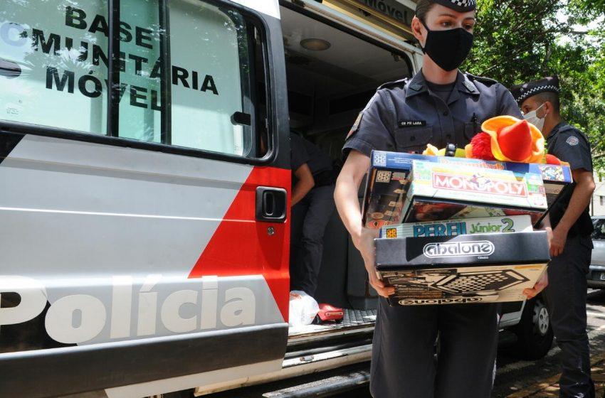 PM entrega brinquedos a menino vítima de maus-tratos em Campinas