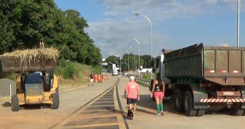 Mesmo com ônibus circulando pela via, pessoas seguem transitando pelas faixas do BRT em Campinas