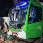 Motorista perde o controle e bate ônibus da linha 355 contra muro